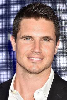 Robbie Amell photo